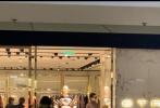 1月20日,有网友在社交网站上晒出在商场偶遇了刘亦菲的画面。照片中,刘亦菲将黑色长发随意的挽成马尾,身穿棕色高领打底衫打直筒牛仔裤,墨镜遮面,红唇妆容精致,气质出众。