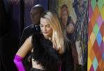 """1905电影网讯 当地时间2月4日,DC超级英雄电影《猛禽小队和哈莉·奎茵》在伦敦举行了首映礼,众主创盛装亮相。在影片中饰演""""小丑女""""哈莉·奎茵的玛格特·罗比以一身黑色羽毛装惊艳全场,妆容清淡,修长的脖颈化身为""""黑天鹅""""。"""