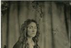 """電影《小婦人》發布一組復古角色肖像,風格復古。該組作品是由攝影師Wilson R·Webb用19世紀中期流行的古老攝影技術""""濕版攝影術""""所拍攝,這也恰好與影片背景時間相呼應。"""