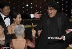 北京时间2月10日早,一年一度的电影盛会——第92届奥斯卡金像奖颁奖典礼顺利举行。电影《寄生虫》最终斩获最佳影片、最佳导演、最佳原创剧本、最佳国际影片四项大奖,成为本届奥斯卡最大赢家。四大表演奖项众望所归,华金·菲尼克斯、蕾妮·齐薇格、布拉德·皮特和劳拉·邓恩皆在此前横扫金球奖、英国电影学院奖和演员工会奖,四位演员在颁奖季前哨站的表现让本届奥斯卡的表演奖归属没有出现任何悬念。