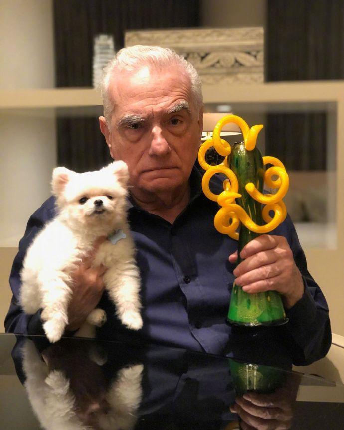奥斯卡陪跑有点惨 马丁晒照:有狗就是人生赢家?