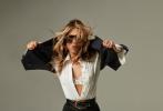 """近日,《老友记》中""""瑞秋""""的扮演者詹妮弗·安妮斯顿登封《Interview》三月刊大片发布。2月11日,安妮斯顿在庆祝自己51岁生日之际在社交账号晒出了这组大片。"""