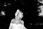 2月12日,贾斯汀·比伯的妻子海莉·比伯通过社交账号再次晒出了二人去年9月婚礼现场的照片。身穿黑色西服的比伯和一身白色婚纱的海莉捧脸拥吻,照片中的甜蜜氛围似乎让黑白色的照片看起来都是粉红色的。