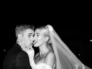 海莉再晒与比伯婚礼现场照 捧脸拥吻幸福甜蜜!