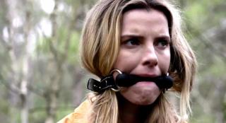 《狩猎》预告惊悚来袭 艾玛·罗伯茨上演大逃杀