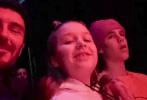 """据外媒报道,近日贝克汉姆带着三儿子克鲁兹和女儿小七去看了贾斯汀·比伯的演唱会。8岁的小七是贾斯汀·比伯铁粉,她不但坐在后台观看演出,还在家人鼓励下,走到台上拥抱了比伯。贝克汉姆也发文写道:""""一个拥抱和一个大大的笑脸。"""""""