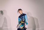 近日,王子异为《Yoho!青春》拍摄的一组时尚大片发布。王子异身穿印花夹克外套搭配酷潮脏辫,街头范儿十足,身着多款五彩斑斓印花上衣,展现率性自由的时尚魅力。