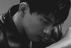 2月17日,李现拍摄的一组帅气写真发布。这组以简约黑白色调拍摄的大片,尽显李现迷人的男性魅力。