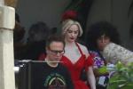 美艳!《新自杀小队》热拍 小丑女红裙新造型吸睛