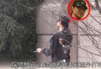 2月18日,网上曝光了一组汪峰再度现身北京某家月子中心门口的照片。据悉,章子怡在美国诞下二胎儿子后,就在北京坐月子,汪峰更是忙得两头跑,一边要照顾女儿醒醒,一边时不时跑来陪老婆。