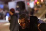 《黑客帝国4》正在旧金山多地紧锣密鼓地拍摄中。近日,一组夜戏拍摄的片场照曝光。凯瑞·安·莫斯饰演的崔妮蒂以经典的黑衣形象亮相,胯着重型机车,正在街头狂飙。