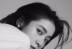 2月17日,张雪迎为《ELLE》拍摄的内页大片曝光。照片中,甜酷少女张雪迎在早春时节演绎法式经典穿搭,尽显优雅自信的摩登魅力。