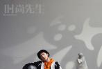 2月18日,刘昊然成为《Esquire时尚先生》二月刊封面人物大片发布。封面照的怼脸照,尽显少年英气。内页中,刘昊然与雕像同框合照,或将自己置身在油画画框中,宛如一件精雕细琢的艺术品。