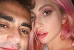 2月18日,Lady Gaga通过社交账号晒出与男友迈克尔·波兰斯基的亲密合照。照片中,二人亲密的以为在意,头靠头大秀恩爱。