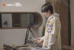 2月19日,由何炅、谢娜、易烊千玺主持的新节目《朋友请听好》正式开播。广播站小屋开启欢乐日常,周震南和王锵作为首发嘉宾亮相。