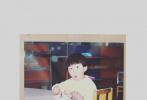 近日,一组范丞丞童年照片在网上曝光。照片中的范丞丞留着可爱的西瓜头,造型Q萌。一张类似证件照的大头照中,范丞丞穿着小西装,肉嘟嘟的脸蛋好似奶团子,一单一双的眼皮都透着可爱。