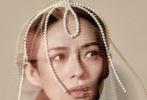 """2月20日,章子怡登封《嘉人》三月刊大片释出。据悉,这组大片拍摄于章子怡二胎生产的前一个月,挺着孕肚登封的章子怡,身穿黑色毛衣裙,头戴珍珠配饰,对镜展露淡淡笑容的她,眼神温柔而坚定,整个人笼罩在母爱的光辉之中,完美展现""""爱与新生""""的主题。"""