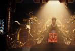 由刘亦菲主演的迪士尼真人版《花木兰》进入密集宣传期,近日发布多张全新剧照。刘亦菲饰演的木兰身披戎装,接受训练的场景曝光,虽然面带尘土,但眼神依然坚毅。巩俐饰演的大反派女巫、李连杰扮演的皇帝、李截扮演的匈奴首领鲍里·汗、安佑森扮演的陈洪辉也纷纷亮相。