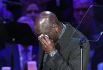 当地时间2月24日,已故湖人队传奇球星科比·布莱恩特和女儿Gigi的追悼会在美国洛杉矶斯台普斯球馆举行。追思会上,迈克尔·乔丹上台致词追忆和科比的往事,他泣不成声的画面令人动容。