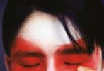 2月25日,刘昊然为《OK!精彩》三月开季刊拍摄的双封大片发布。大片风格将时尚和戏曲完美结合,刘昊然大胆突破,上演一出现代与传统交织的游园惊梦。扮上一抹绯红的京剧妆容,身穿白色衬衫,中分发型头帘有一丝丝凌乱,轻闭双眸,少年气息十足。