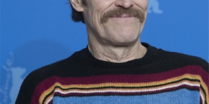 《西伯利亚》举行记者会 威廉·达福笑容满面