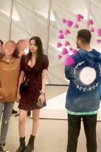 网友洛杉矶偶遇欧阳娜娜看画展 穿小性感深V短裙