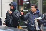 當地時間2月25日,美國紐約,萊昂納多·迪卡普里奧現身街頭。當天,,小李子穿搭十分低調,全套深色系的休閑裝,戴著內搭帽衫的帽子,背著雙肩背,有些呆萌可愛。