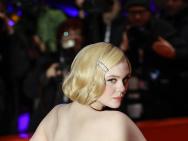 艾丽·范宁金色短发亮相红毯 穿鱼尾裙展复古风情