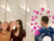 網友洛杉磯偶遇歐陽娜娜看畫展 穿小性感深V短裙
