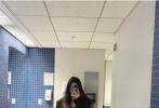 2月28日,欧阳娜娜通过个人社交账号分享了一组在学校的自拍照。照片中,欧阳娜娜长发披肩,身穿黑色廓形、男友风西服,下身搭配宽松的黑色牛仔裤,脚踩黑色帆布鞋。