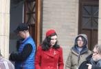"""近日,""""陀螺""""吉尔莫·德尔·托罗导演的新片《玉面情魔》曝出一组片场照。鲁妮·玛拉身着正红色大衣亮相,搭配红色贝雷帽,格外吸睛,修身款大衣也勾勒出她曼妙的身材。她身边是导演吉尔莫·德尔·托罗。在另一张片场照中,男主角布莱德利·库珀身着驼色大衣搭配礼帽,绅士十足。"""