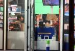 """備受期待的《毒液2》再度曝光一組片場照,伍迪·哈里森飾演的大反派""""屠殺""""克萊圖斯·卡薩迪正面造型曝光。卡薩迪身穿夏威夷風的花襯衫,佩戴銀制骷髏項鏈,一頭紅金色""""假發""""格外吸睛。這組照片背景是一家街頭便利店,不禁讓人想起《毒液》中的相關橋段。"""