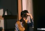 """3月1日,易烊千璽登封《智族GQ》三月刊封面大片發布,超長封面大片用""""獨角戲""""的概念呈現出易烊千璽的慎獨日常。透過鏡頭細膩的刻畫出一個沉穩、慵懶、居家范兒的易烊千璽。"""
