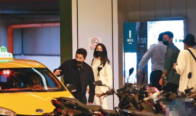 王大陆深夜与女生看电影 替女方关车门男友力爆棚