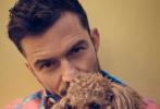3月2日,奥兰多·布鲁姆登封新加坡《Esquire》杂志3月号封面大片发布。奥兰多携爱犬Mighty拍摄了这组大片,花衬衫、西装、英伦风完美驾驭,展现独特的时尚风格。