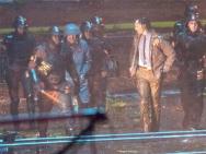 《洛基》高清片場照曝光 抖森現身雨夜全身濕透