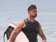 馋他的身材!锤哥拜伦湾冲浪 海边热身像抡大锤