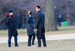 近日,安德魯·加菲爾德現身紐約拍攝他的新片《Tick, Tick…Boom!》,他身穿一件長款大衣,搭配綠色圍巾,變身紳士暖男,非常帥氣。拍攝現場,他頻頻與導演和工作人員溝通,表情認真。