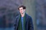 加菲现身纽约拍摄新片 身穿大衣变身冬日暖男