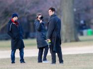 加菲現身紐約拍攝新片 身穿大衣變身冬日暖男
