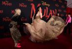 当地时间3月9日,美国洛杉矶,迪士尼真人电影《花木兰》举行全球首映礼。刘亦菲的化妆师Nina Park和造型师Samantha McMillen分享了木兰变装成首映礼上金凤凰的幕后照。