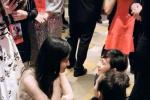 暖心的花木兰!刘亦菲首映礼蹲地上和小朋友聊天