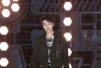 3月11日,王俊凯在《我们的乐队》中首次舞台solo曲《树读》发布。这首王俊凯参与编曲并发布于2018年的单曲,淡淡的民谣曲风,将一棵树的悲喜徐徐道出,加之王俊凯温柔嗓音的演绎,把当时少年成长的心路历程都融入其中。