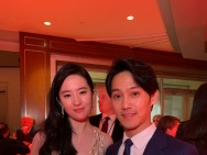 赵雅芝儿子出席《花木兰》首映 与刘亦菲等人合照