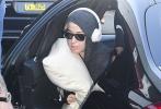 """据外媒报道,正在澳洲参加系列演出活动的""""水果姐""""凯蒂·佩里,鉴于澳洲不断恶化的新冠肺炎疫情取消了一系列行程。当地时间3月13日,水果姐已经坐上澳洲飞往美国的航班。"""