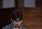 3月13日,一组王俊凯为新综《我们的乐队》拍摄的定妆、花絮照曝光,引发热议。三字弟弟拉链印花西装佩戴Choker的造型,随性不失风度。