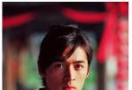 """日前,横店影视城在微博发布一组胡歌拍摄《仙剑奇侠传》时期的花絮照,透过这组照片得以考古""""逍遥哥哥""""的帅气英姿。"""