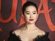 《花木蘭》倫敦首映 劉亦菲黑天鵝造型溫婉端莊