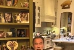 近日,72岁的好莱坞影星阿诺德·施瓦辛格分享了一则宅家的视频,呼吁大家在抗疫期间不要出门,在家待着不要聚餐。视频中他还为大家介绍了家中的爱宠小马和小驴,与它们互动开心玩耍。