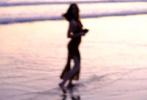 """3月18日,新一代""""邦女郎""""、古巴女演员安娜·德·阿玛斯通过个人社交账号,晒出此前与男友本·阿弗莱克在哥斯达黎加海滩约会时,本为她拍摄的海边写真。"""